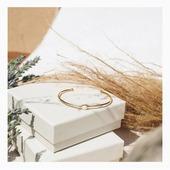 Découvrez ce magnifique bracelet jonc blanc de la collection Confettis. Simple et ultra chic, ce jonc délicat peut se porter au quotidien et amène de la luminosité à votre tenue ! 👗Il est tiré de la nouvelle collection d'Olivolga, disponible sur www.olivolga.com 🌀#olivolga#olivolgabijoux#olivolgajewellery#winter2020#mode#pictureoftheday#bracelet#jonc#elegance